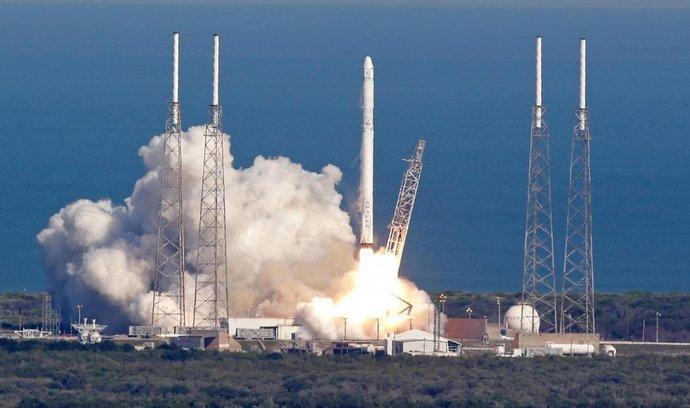 Start rakety Falcon 9 s nákladní lodí Dragon