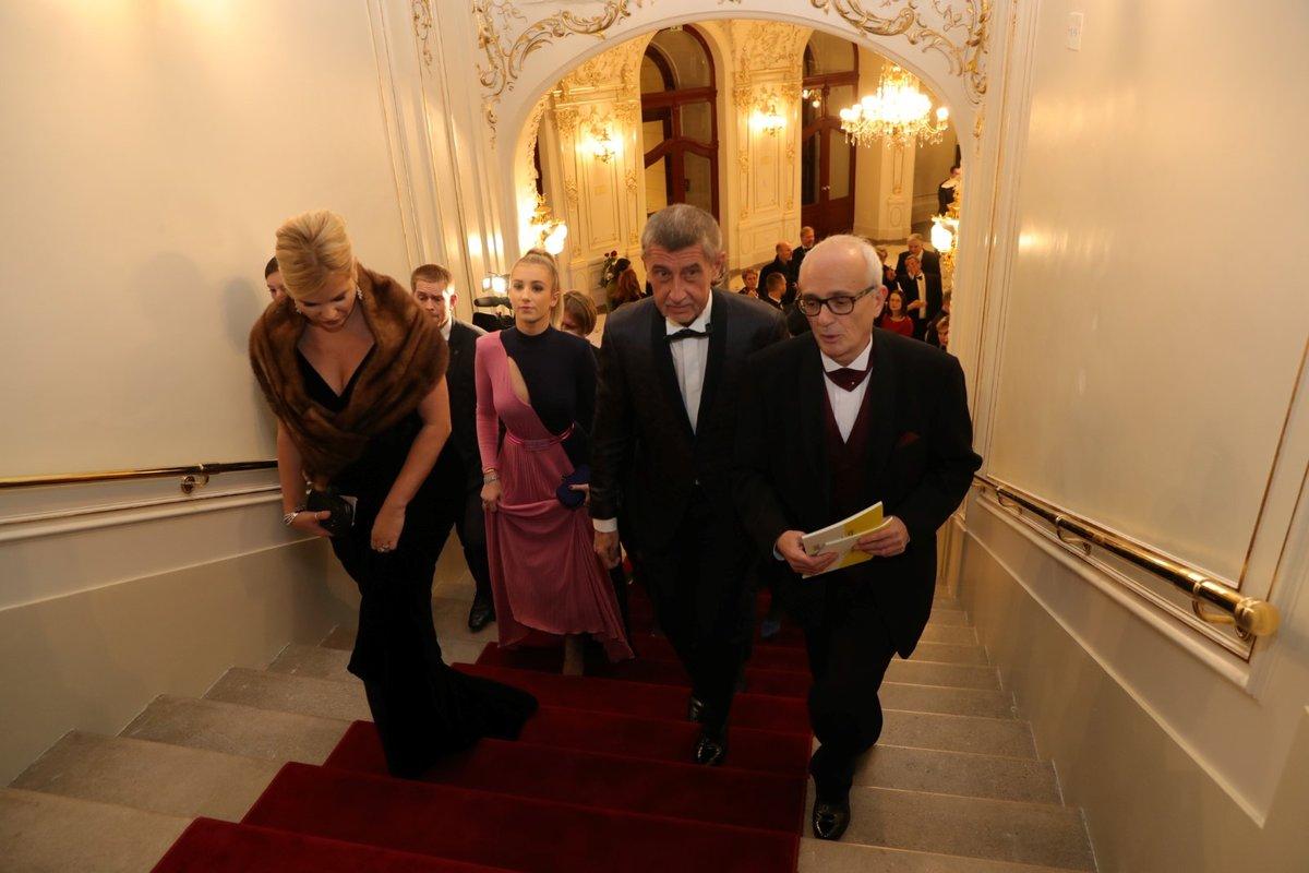 Premiér Andrej Babiš dorazil s manželkou Monikou a dcerou Vivien ve Státní opeře (5.1.2020)