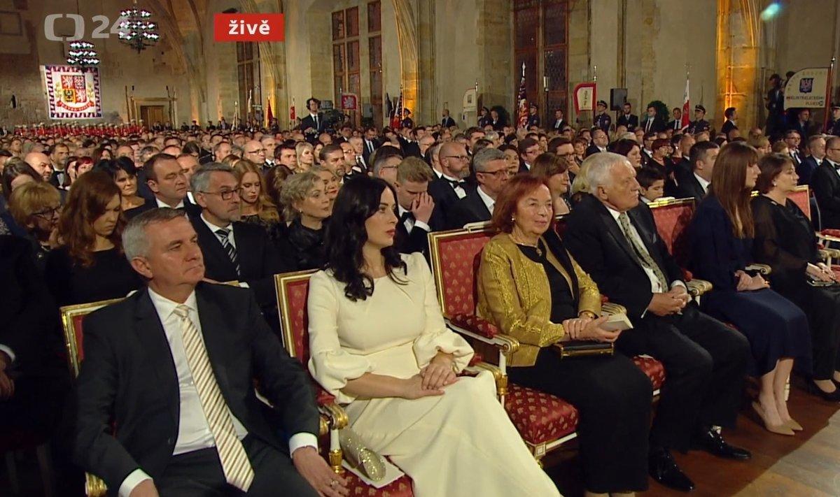 Manželé Mynářovi, Klausovi a Kateřina Zemanová s maminkou Ivanou v první řadě během státních vyznamenání 2019