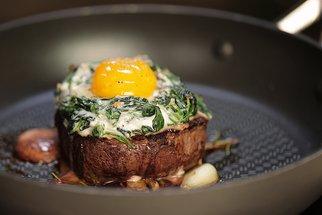 Steak ze svíčkové s vejcem a hash brown jako bonus!