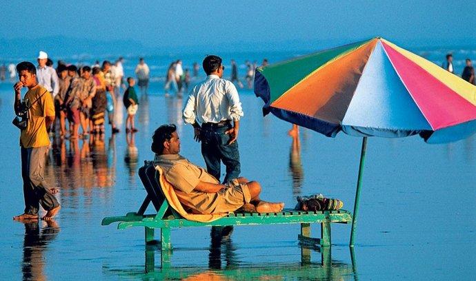Stodvacetikilometrová pláž letoviska Cox's Bazar