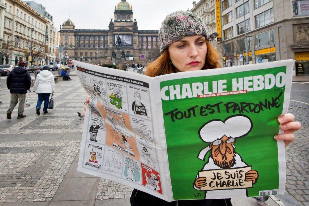 Stovka kusů francouzského časopisu Charlie Hebdo dorazila 16. ledna ráno také do Česka