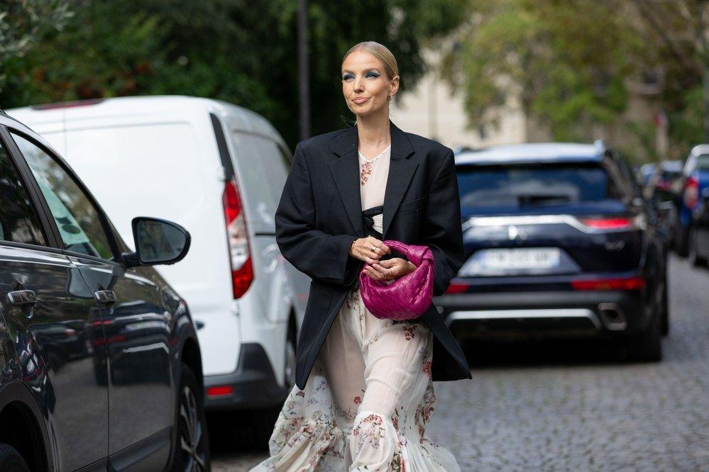 Oversize sako s midi šaty v podání Leonie Hanne