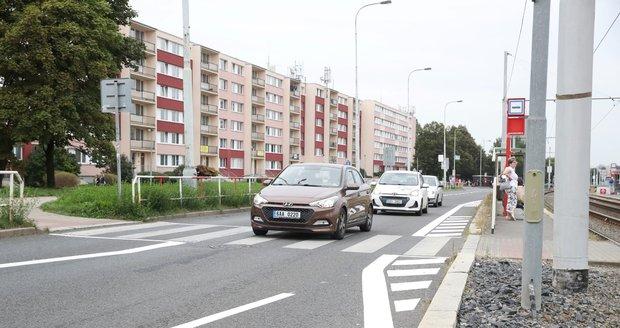 Magistrát na přechodu ve Střelincké ulici na Praze 8 ubral jeden jízdní pruh. Kritizuje to místní radnice, která u přechodu chce vybudovat nový semafor.