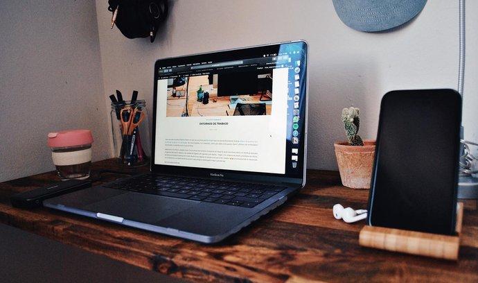 Tvůrcům stačí jen počítač a připojení k internetu, vydělávat tak mohou odkudkoli. Podmínkou však je publikum ochotné si za obsah zaplatit.