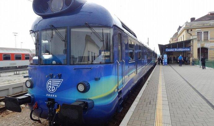 Šumavská trať z Českých Budějovic do Volar procházela obnovou. Na snímku měřící vlak firmy AŽD Praha