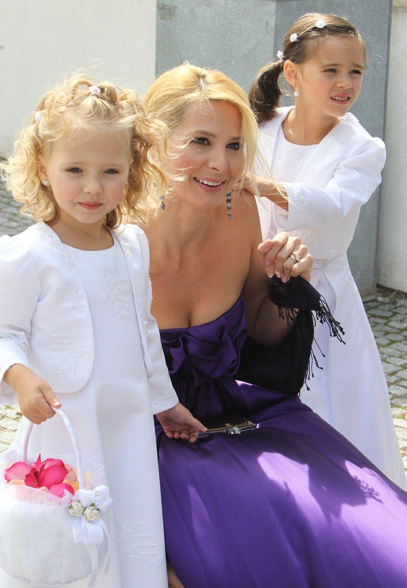 Svědkyně Ivanka Gottová s dcerami-družičkami Nelly Sofií a Charlotte Ellou.