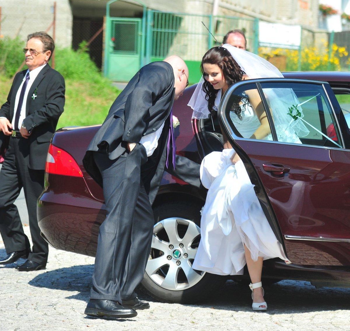 Nevěsta vystupuje opatrně z vozu
