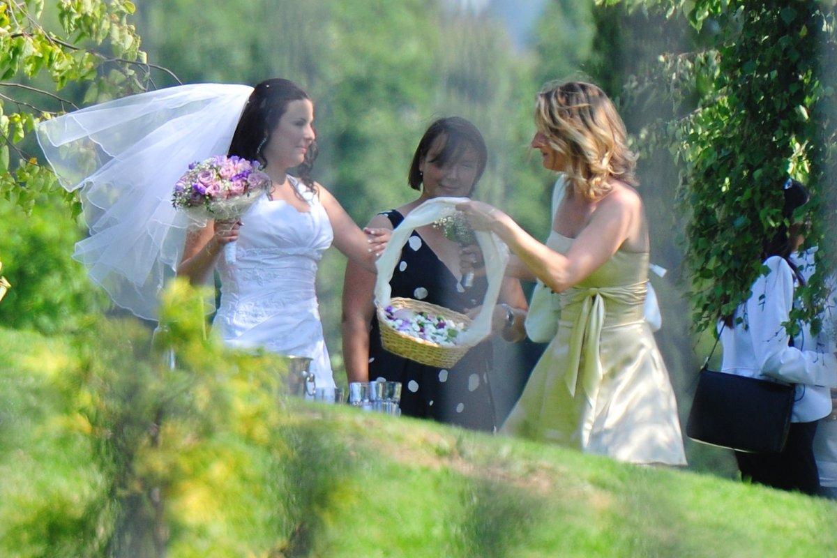 Nevěsta se svými družičkami