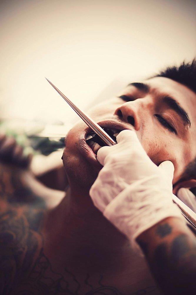 Muži se propichují i několika noži najednou