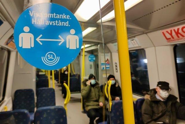 Cedule ve stockholmském metru, která upozorňuje na dodržování rozestupů