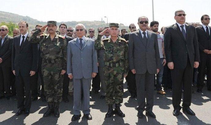 Syrský premiér Rijád Hidžáb (vpravo) ve skupině další státních představitelů