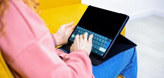 Praktické příslušenství, které vám usnadní práci na tabletu