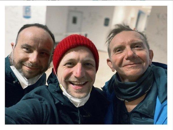Tomáš Klus se v kostymérně při natáčení pokračování pohádky Tajemství staré bambitky potkal s Miroslavem Vladykou a režisérem Ivo Macharáčkem.