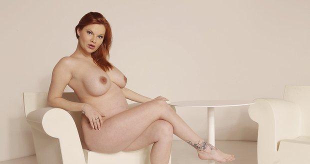 Martina Mrakviová, kterou mnozí znají pod uměleckým jménem Tarra White, se pro Nedělní Blesk bez ostychu svlékla i v osmém měsíci těhotenství.