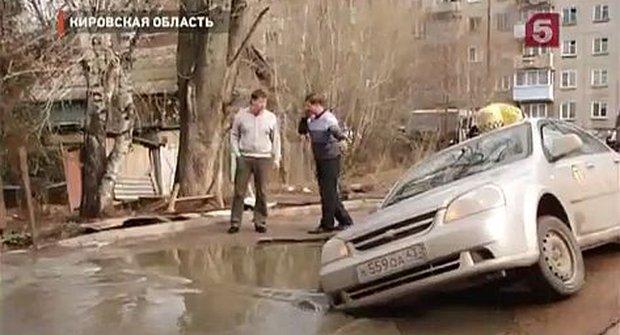 Voda podemlela cestu a taxikář nechtěně hodil špica šipku
