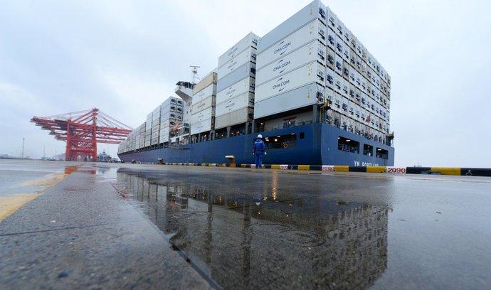 Nákladní loď opouští čínský přístav Tchaj-cchang.