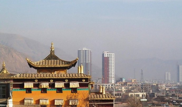 Tchung-žen, panorama s klášterem a paneláky.