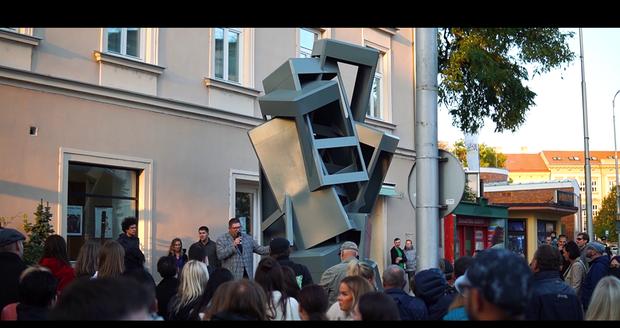 Socha Maxima Velčovského coby pocta telefonním budkám se nově nachází na znojemském náměstí Republiky.