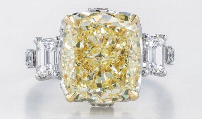 Téměř pět milionů korun zaplatil kupec za ručně vyrobený prsten s přírodně žlutým diamantem, jehož výroba na zakázku trvala jeden měsíc.