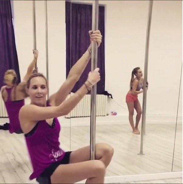 Nicole napadlo vyzkoušet tanec u tyče.