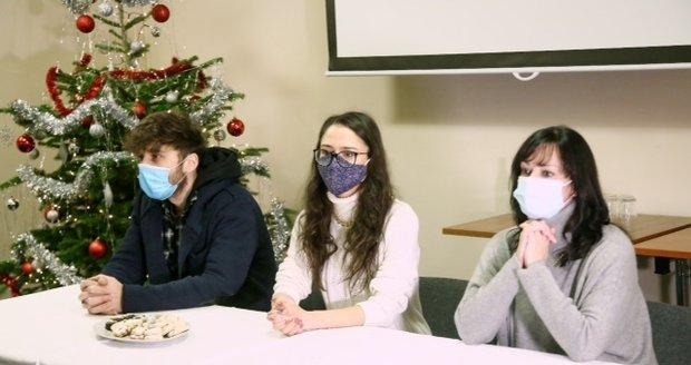 Hvězdy Slunečné Tereza Brodská, Eva Burešová a Roman Tomeš podstoupili testy a navštívili seniory v pečovatelském domě.
