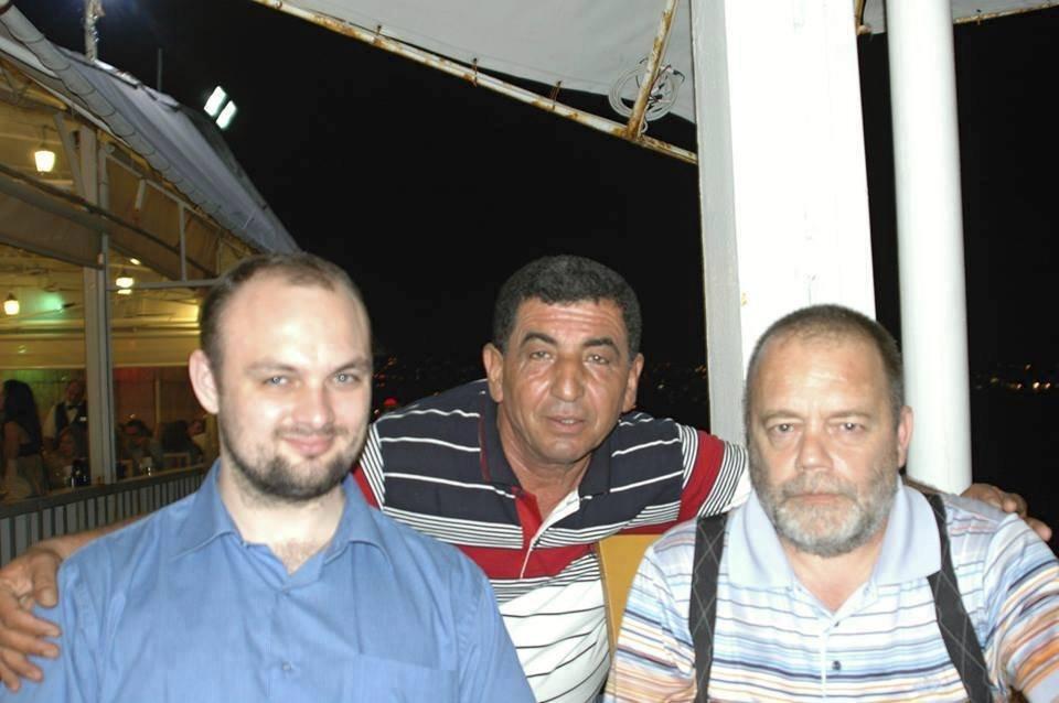 Dva z unesených v Libanonu - advokát Jan Š. (vpravo) a libanonský řidič (uprostřed). Snímek je ze září 2014