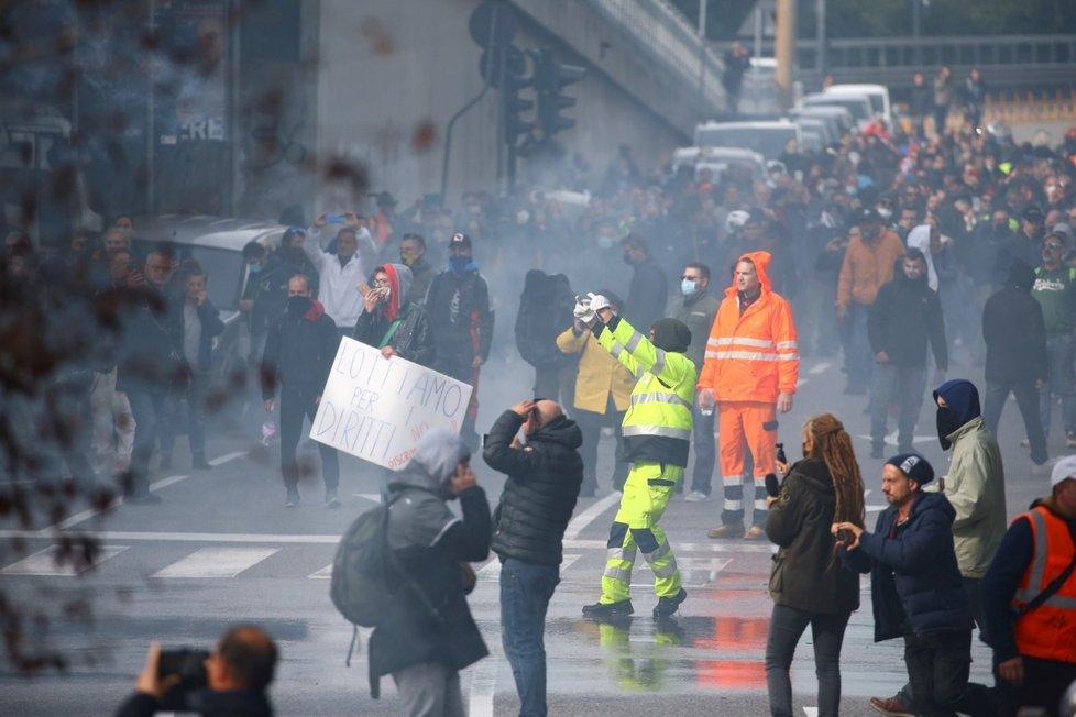Protesty terstských přístavních dělníků proti koronaopatřením.