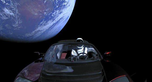 Elon Musk poslal do vesmíru Teslu v raketě Falcon Heavy