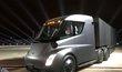Prototyp elektrického tahače Tesla Semi. Na jedno nabití prý dokáže ujet až 800 km při maximálním zatížení a dálniční rychlosti. Z nuly zvýší rychlost na 96 kilometrů za hodinu bez nákladu za pět sekund a s nákladem za 20 sekund.