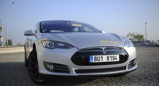 Elektrobourák Tesla S: Auto tak nějak jinak