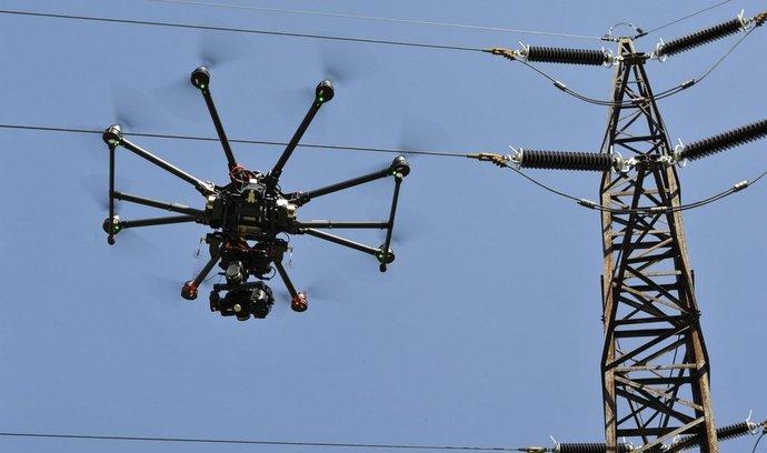 Test dronů, které společnost E.ON zkouší pro servisní práce na distribuční síti, v brněnské městské části Ořešín.