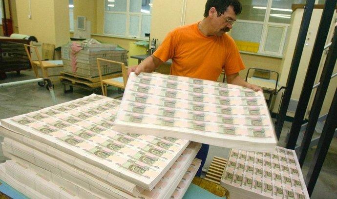 Tisk rublů v moskevské tiskárně Goznak