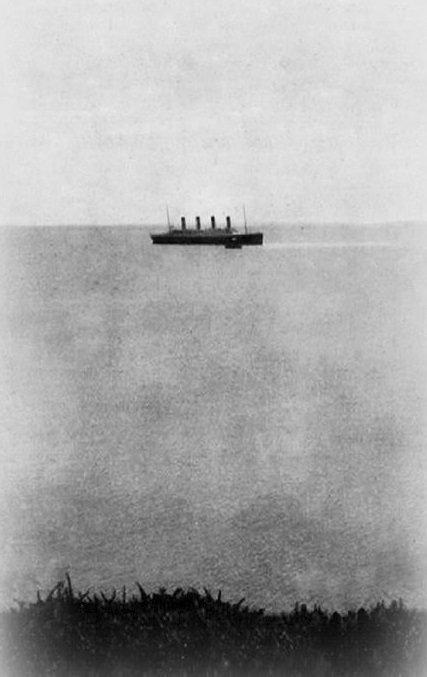 Poslední fotografie Titaniku.  Fotografii pořídil John Morrogh 11. dubna 1912, kolem druhé hodiny odpoledne, když Titanic opouštěl Queenstown v Irsku. Jedná se tedy o jeho poslední fotografii.
