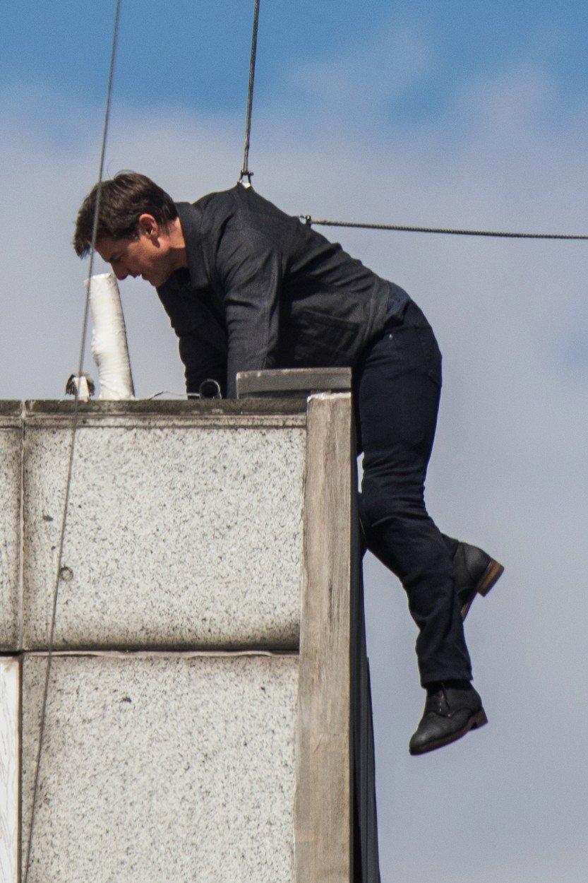Tom Cruise si během kaskadérské scény natloukl koleno.