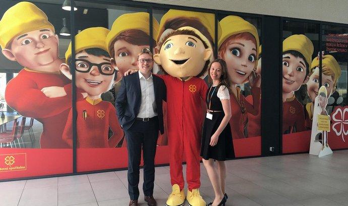 Tomáš Jaroš a Renata Němcová Pixová z ČSOB se skřítkem Radostínem, maskotem kampaně Poštovní spořitelny z dílny Creative Brand