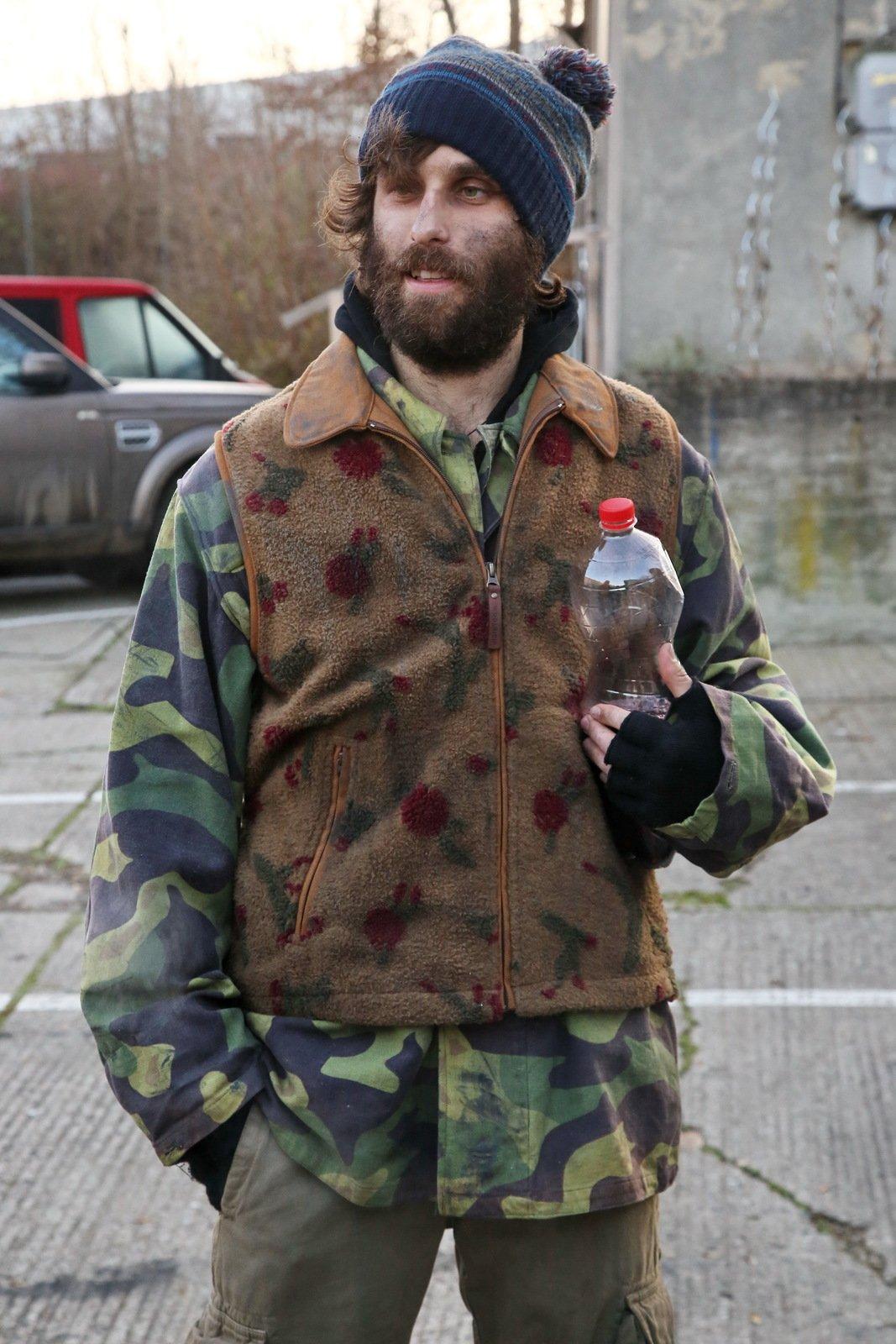 Jakub Tomeš coby bezdomovec.