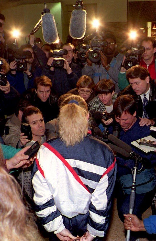 Po útoku na svoji sokyni Nancy Kerriganovou byla Tonya pronásledovaná novináři.