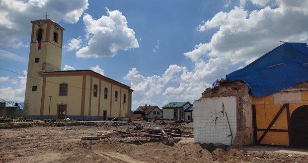 Kostel v Moravské Nové Vsi zhruba tři týdny od tornáda. Okolí je již uklizeno.
