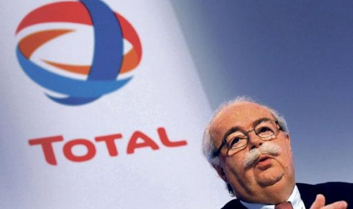 Total vydělal. Francouzskému ropnému koncernu Total stoupl v loňském roce čistý zisk o téměř třetinu na 10,29 miliardy eur z předloňských 7,78 miliardy eur. Firmě pomohl růst cen ropy a plynu. Šéf společnosti Christophe de Margerie oznámil, že plánuje v letošním roce investovat do nových ropných a plynárenských projektů 20 miliard dolarů.