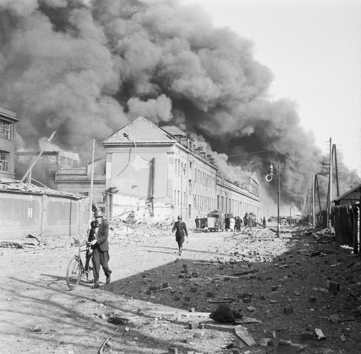 Hořící areál továrny po bombardování.