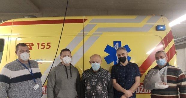 Pan Petr (uprostřed) tři měsíce po vážném zranění při autonehodě přišel poděkovat záchranářům.