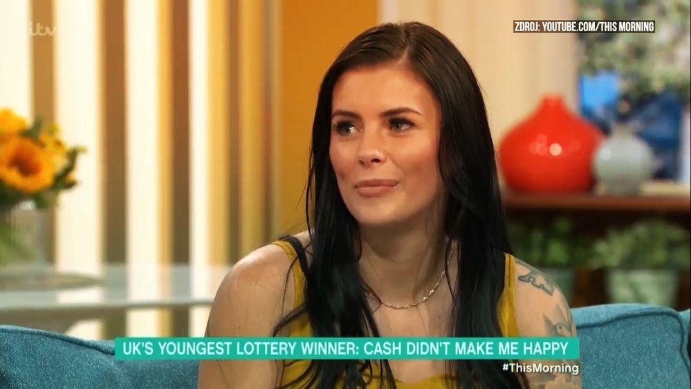 Během pár let peníze rozfofrovala za plastiky, drahá auta a drogy. Teď žije ze sociálních dávek.