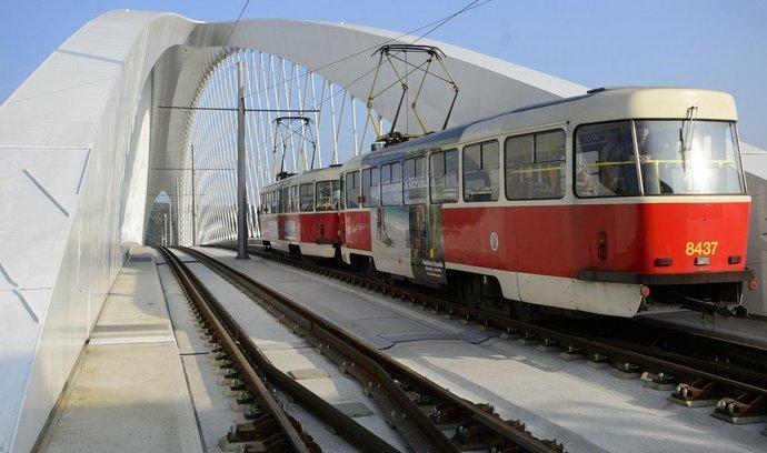 Tramvaj na pražském Trojském mostě
