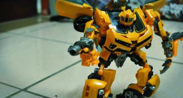 Bumblebee a Barricade se rvou a závodí. Tomu říkáme příběh hraček