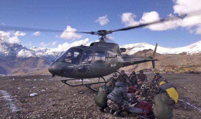 Transport obětí laviny v Nepálu