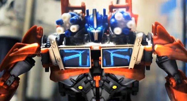 Transformer Optimus Prime závodí s Batmanovým fárem