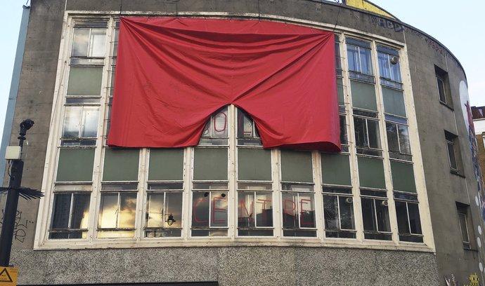"""Galerie v Londýně vyvěsila rudé trenýrky: """"Tyhle žádný politik nespálí"""""""