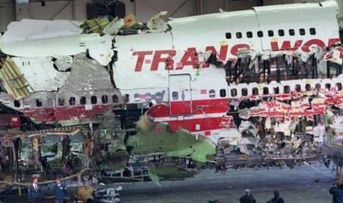 trosky havarovaného Boeingu 747, který se  zřítil do Atlantského oceánu blízko břehů Long Islandu Boeing americké společnosti TWA směřující do Paříže. V jeho troskách zahynulo všech 230 osob.