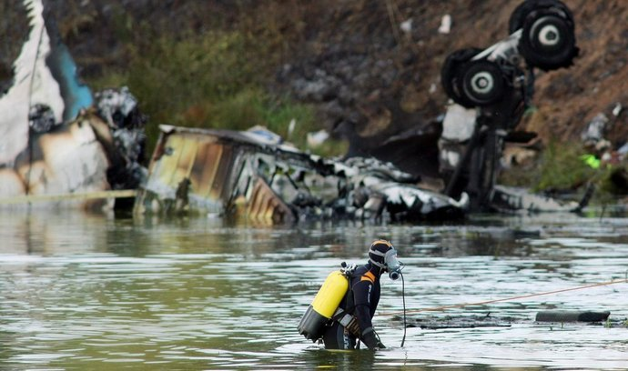 Trosky letounu na břehu řeky Volhy